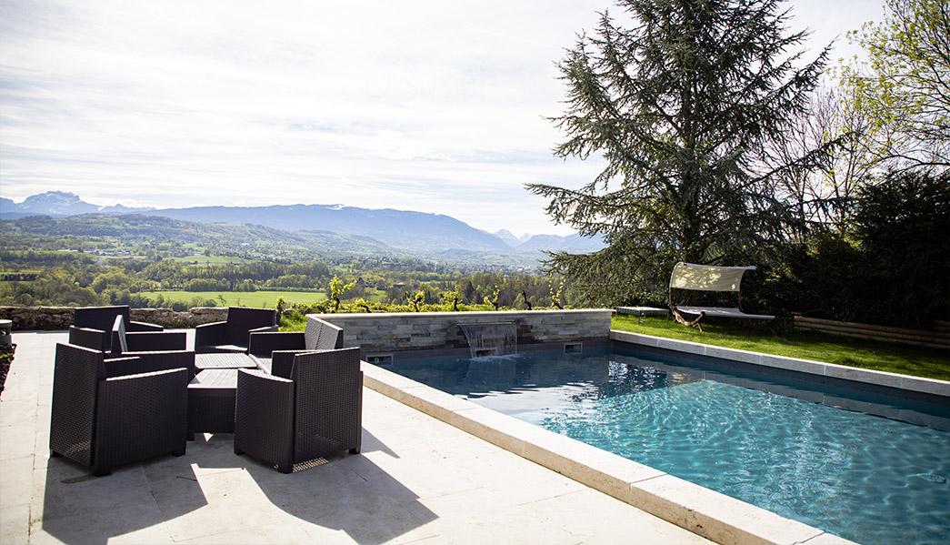 piscine avec vue du Château de la Palud